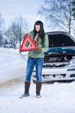 Winterautozusammenbruch - warnendes Dreieck der Frau lizenzfreies stockbild