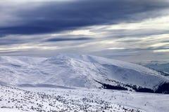 Winterberge und grauer Himmel vor Blizzard Lizenzfreies Stockfoto