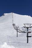 Winterberge und -ski neigen sich am schönen Tag Lizenzfreie Stockfotos