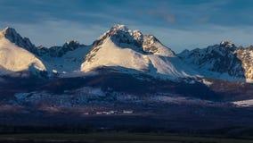 Winterberglandschaft während des Sonnenuntergangs Hohes Tatras, Slowakei, von Poprad stock footage