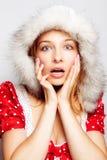Winterüberraschung - nette überraschte junge Frau Stockbild