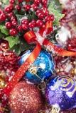 Winterberries και ζωηρόχρωμα μπιχλιμπίδια Στοκ εικόνα με δικαίωμα ελεύθερης χρήσης