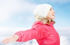 Winterbetriebe in der Natur glückliches Mädchen mit den offenen Händen das Leben genießend Stockfotografie