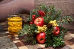 Winterblumenstrauß von Tannenzweigen und Mimose und ashberry und roter appl Lizenzfreie Stockbilder