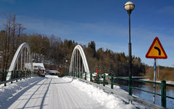 Winterbrücke über dem Fluss Stockbilder