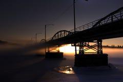 Winterbrücke im Sonnenuntergang stockbilder