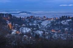 Winterdämmerung in Brasov, Rumänien Stockbild