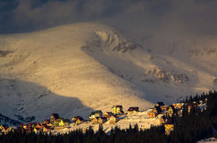 Winterdämmerung in den Karpaten Stockbild