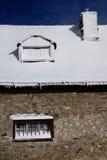 Winterdach mit Schnee Stockfotos