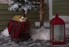 Winterdekor mit Geschenken und Lichtern stockbild