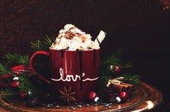 Winterdekoration mit heißer Schokolade im roten Becher stockbilder