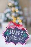 Winterdekorationen mit frohe Feiertage Zeichen Stockfotografie