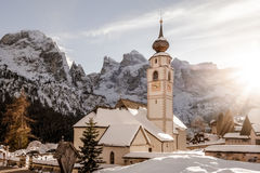 Winterdolomit-Kirchensonnenuntergang stockfotos