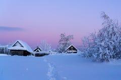 Winterdorf bei Sonnenuntergang Stockbilder