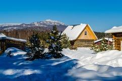 Winterdorf in den Bergen der Urals Lizenzfreies Stockbild