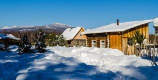 Winterdorf in den Bergen der Urals Lizenzfreie Stockbilder
