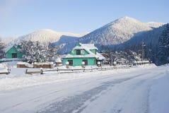 Winterdorf in den ukrainischen Karpaten Lizenzfreie Stockfotos