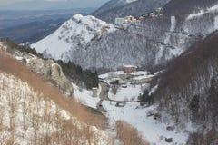 Winterdorf im italienischen Apennines stockbild