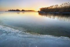 Wintereis Schmelzendes Eis auf dem Fluss Lizenzfreies Stockfoto