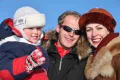 Winterfamilie stellt 2 gegenüber Stockfoto