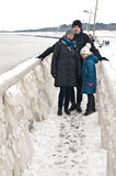 Winterfamilienweg an Darlowo-Strand Lizenzfreie Stockfotografie