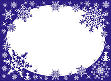 Winterfeld mit Schneeflocken Stockfotografie