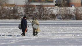 Winterfischen stock footage