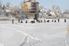 Winterfischen-Fluss Samara, Ukraine lizenzfreie stockbilder
