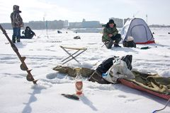 Winterfischen und russischer Wodka Lizenzfreie Stockbilder