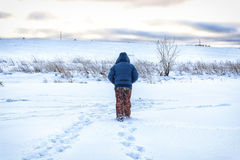 Winterfischer geht zu fischen Lizenzfreies Stockbild