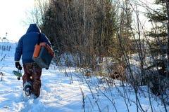 Winterfischer geht zu fischen Stockfotografie