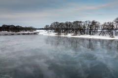 Winterfluß an einem bewölkten Tag Lizenzfreie Stockfotografie