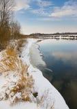 Winterfluß im Januar Stockfotos