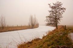 Winterfluß im Nebel Stockbilder