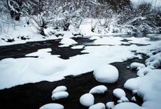 Winterfluß mit Decken des frischen Schnees lizenzfreie stockfotografie
