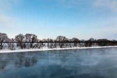 Winterfluß am Nachmittag Stockfotos