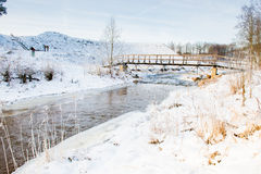 Winterfluß und -brücke Stockfotos