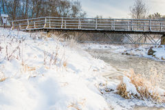 Winterfluß und -brücke Lizenzfreie Stockfotografie