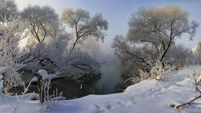 Winterfluss-, nebeliger und eisigermorgen Stockbild