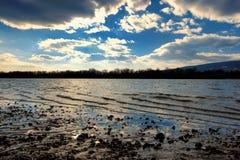 Winterflussküste mit einem netten cloudscape Stockbild