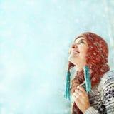 Winterfrau auf einem Weg Stockfotografie