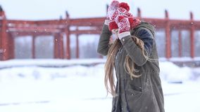 Winterfrau, die in werfenden Schneebällen des Schnees spielt stock video footage