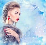 Winterfrau im Pelzmantel stockfotos
