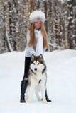 Winterfrau mit Hund Stockbild