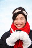 Winterfrau mit Kaffee Stockfotos