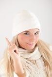 Winterfrau mit weißem Schal und Hut Stockfoto