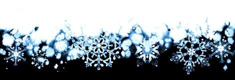 Winterfrost mit blauen Schneeflocken auf Schwarzweiss-Hintergrund Handgemalte nahtlose horizontale Grenze Lizenzfreie Stockfotos