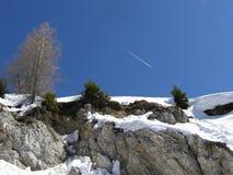 Wintergebirgslandschaft, Flugzeugspur Stockbild