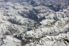 Wintergebirgslandschaft, Ketten der Berge, die mit Schnee, braune Täler bedeckt werden, wickeln unten Stockfotografie