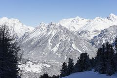 Wintergebirgslandschaft mit Dorf Lizenzfreies Stockbild